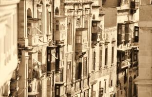 Балкон в балкон, окно в окно...