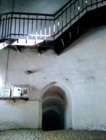 Узкие вход и лестница