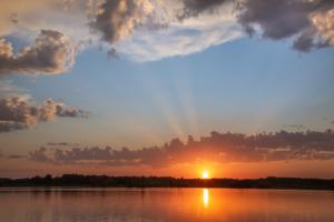 лучи закатного солнца