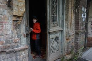 Красная курточка и дверь