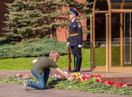 У могилы неизвестному солдату