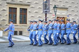 Охрана спускается в Пражский Град
