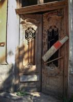 Жалобный скрип старой двери.