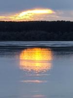 Усталое солнце спустилось на речку