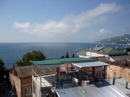 Крыши прибрежных домов