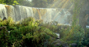 Водопад в лучах Солнца.