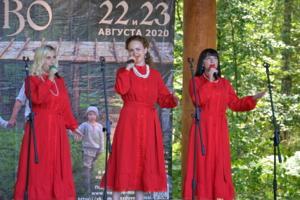 Красное платье белые бусы