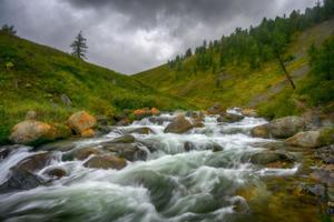 Удивительная вода в горной реке.
