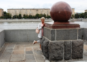 На набережной в Москве.