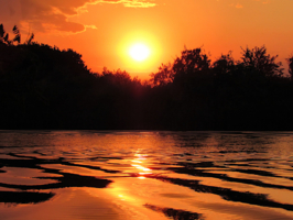 Золотистая вода на закате