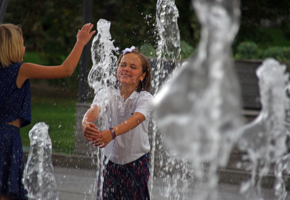Девчонки в фонтане