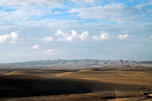 Там, где пустыня подходит к горам.