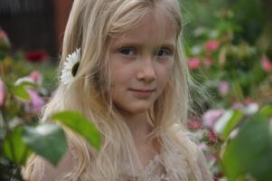 Девочка с ромашкой