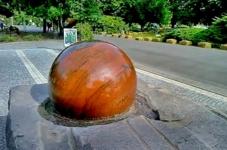 Вращающийся шар в водяной подушке на гранитном куб
