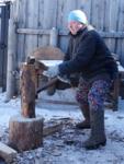 Колоть дрова - точно не женское дело