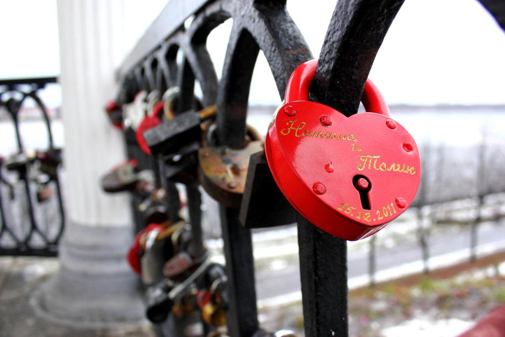 фото рисунок сердца на мост откровенное платьице