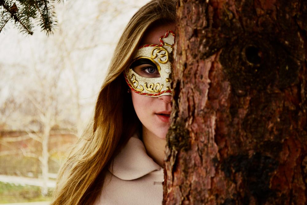 при первом картинки с людьми в масках интересная только