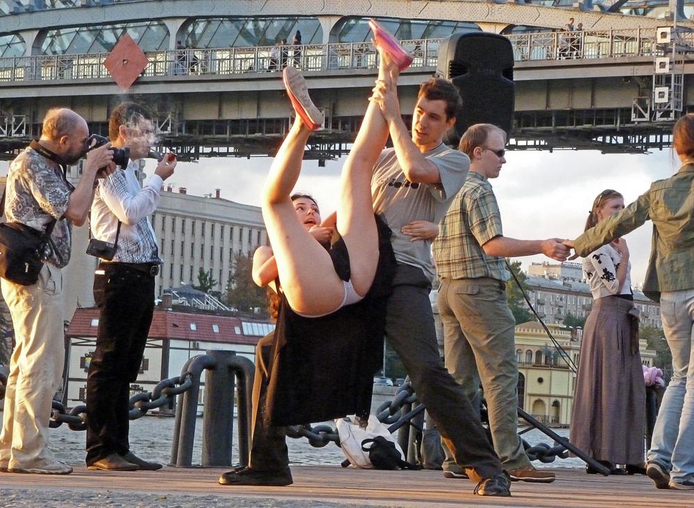 Смешные картинки девка танцует