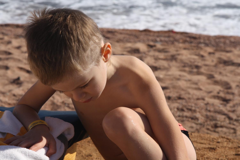 мальчик у моря