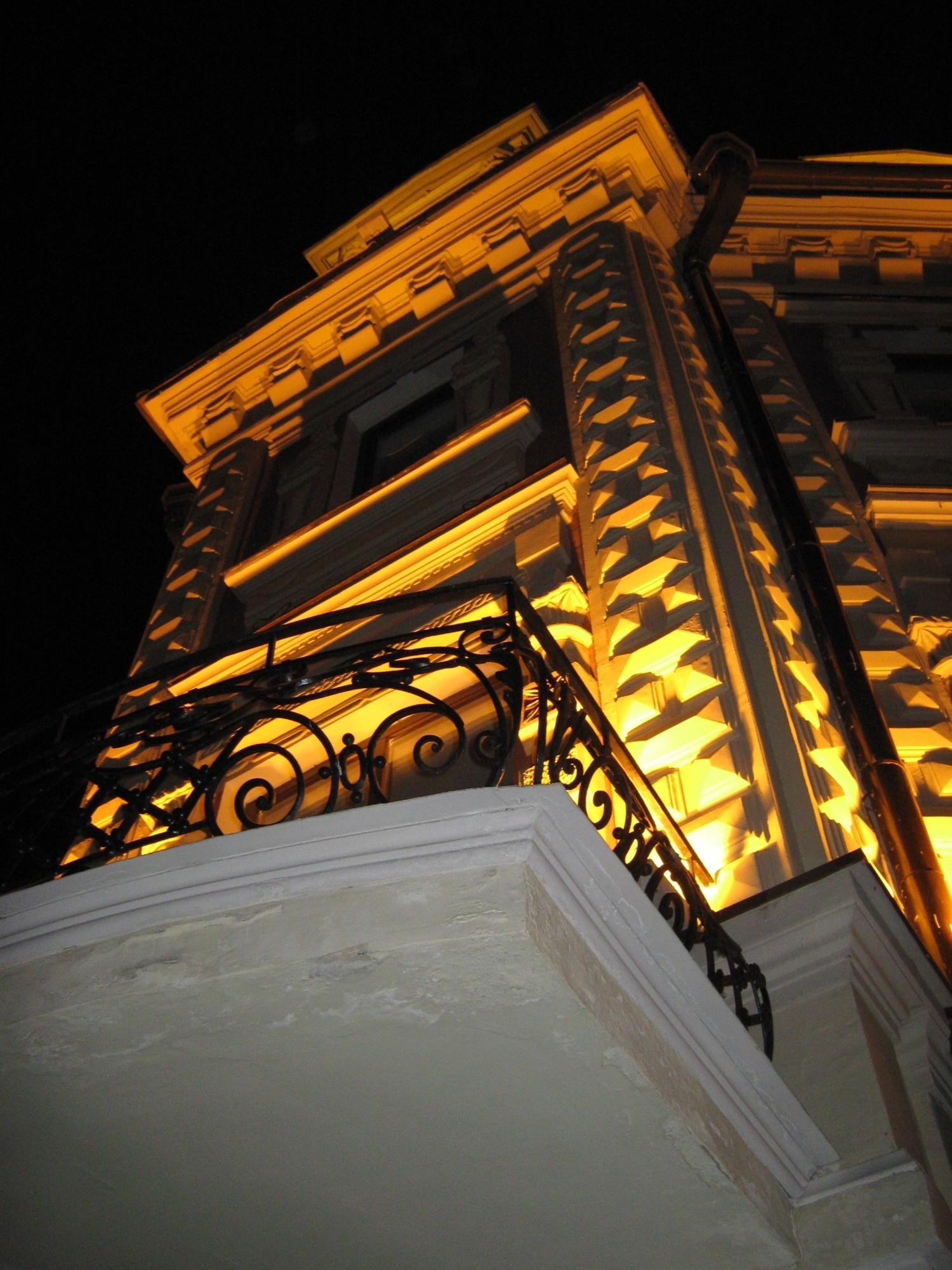 Ночь. Улица. Фонарь. Балкон...