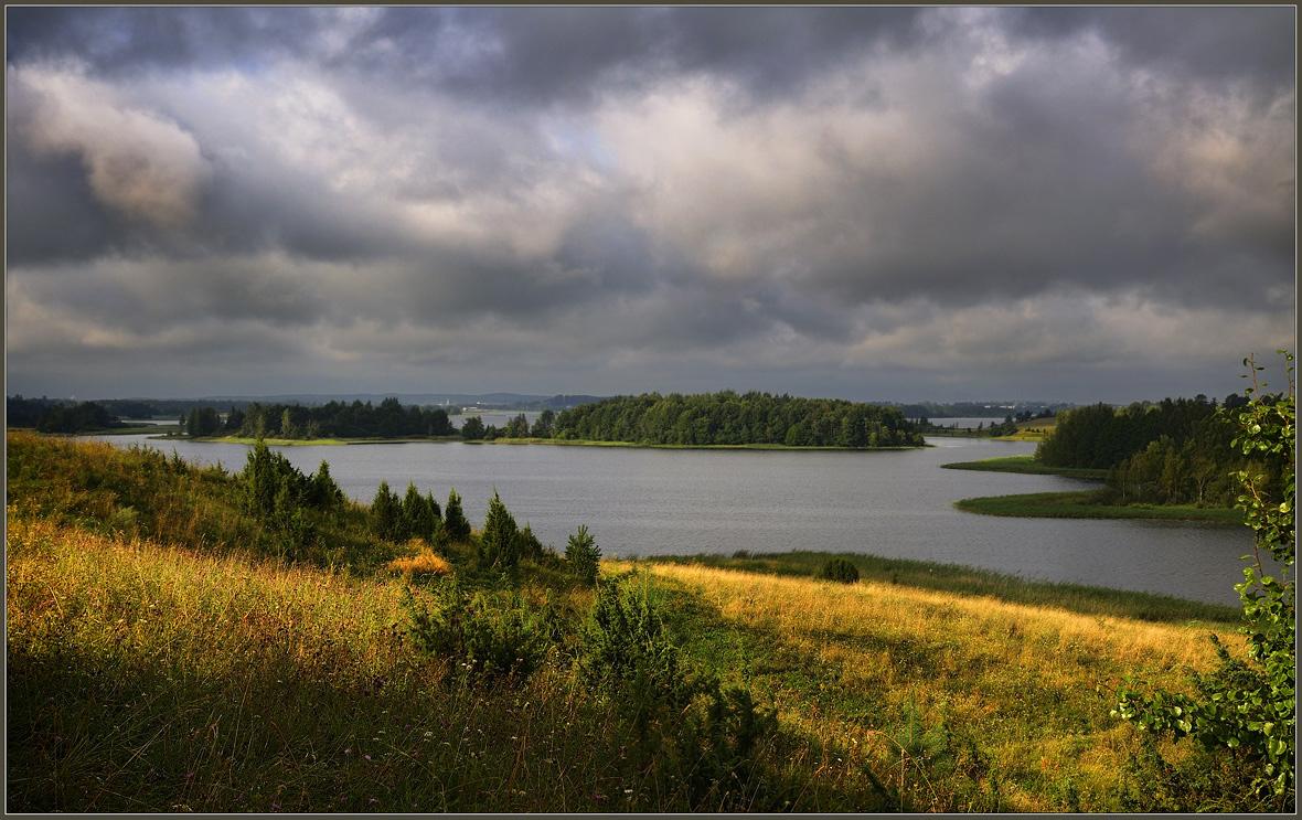 Хмурое небо над озером