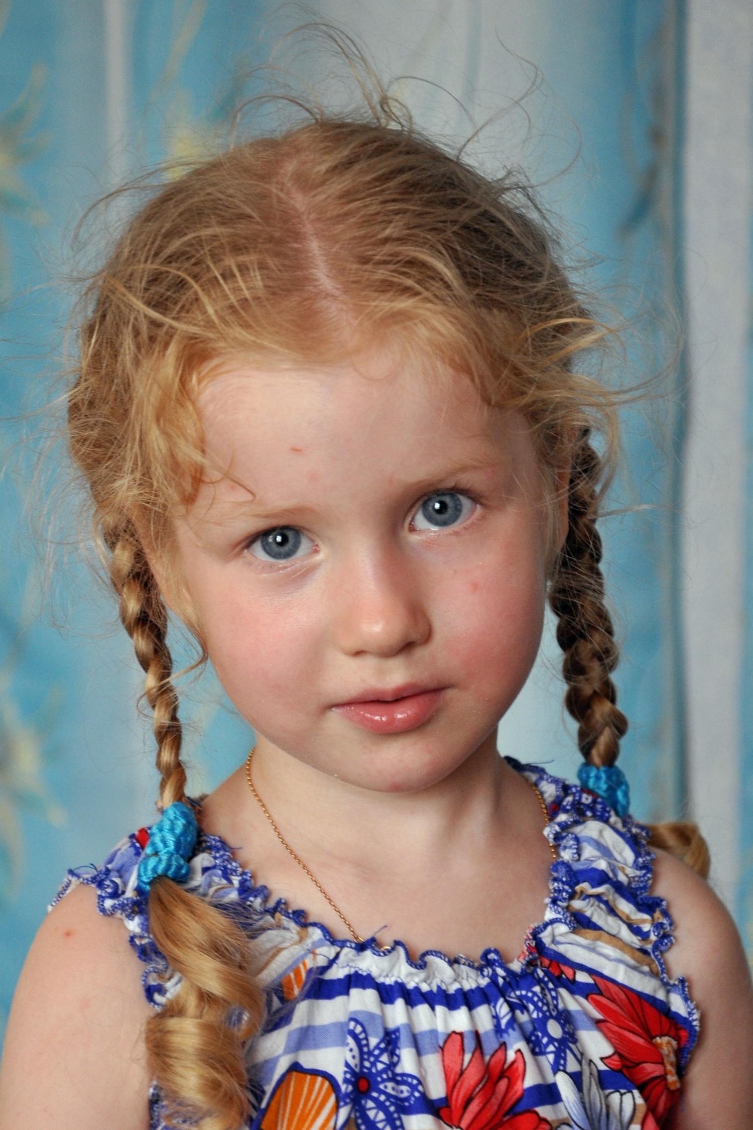 Портрет девочки с косичками