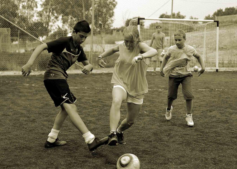 Девчонки тоже играют в футбол!