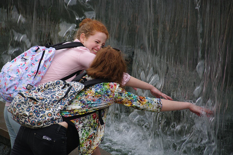 У фонтанного водопада