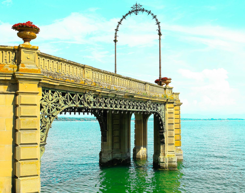 Романтическая арка в озере