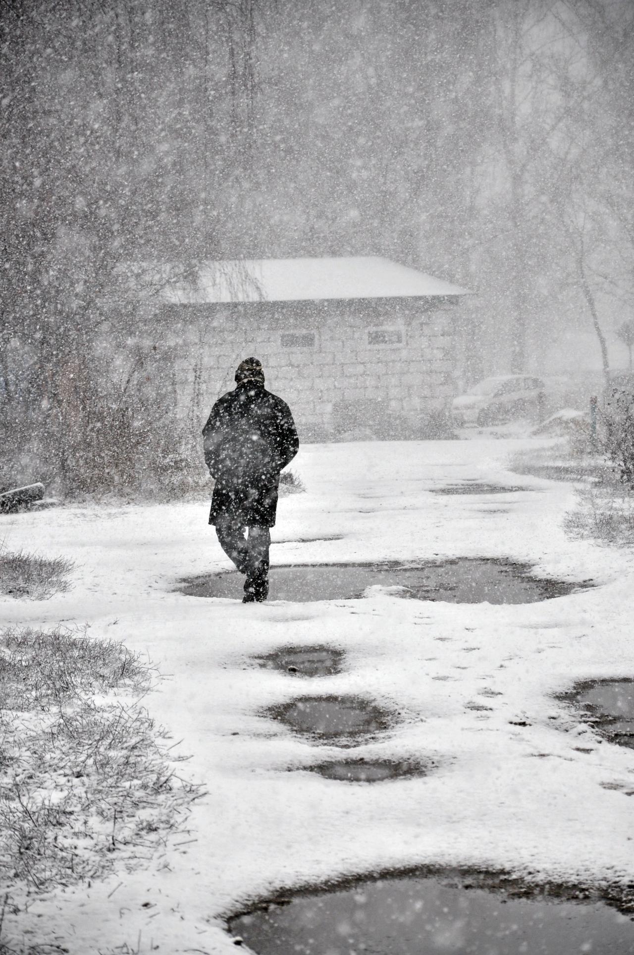 А снег повалится, повалится...