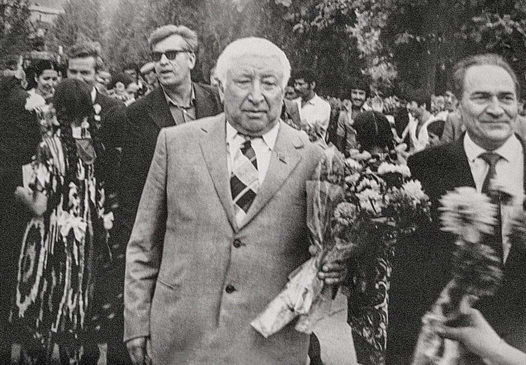 Почётный гость Расул Гамзатов.