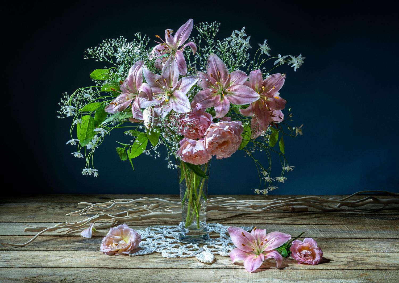 Букет с розами и лилиями