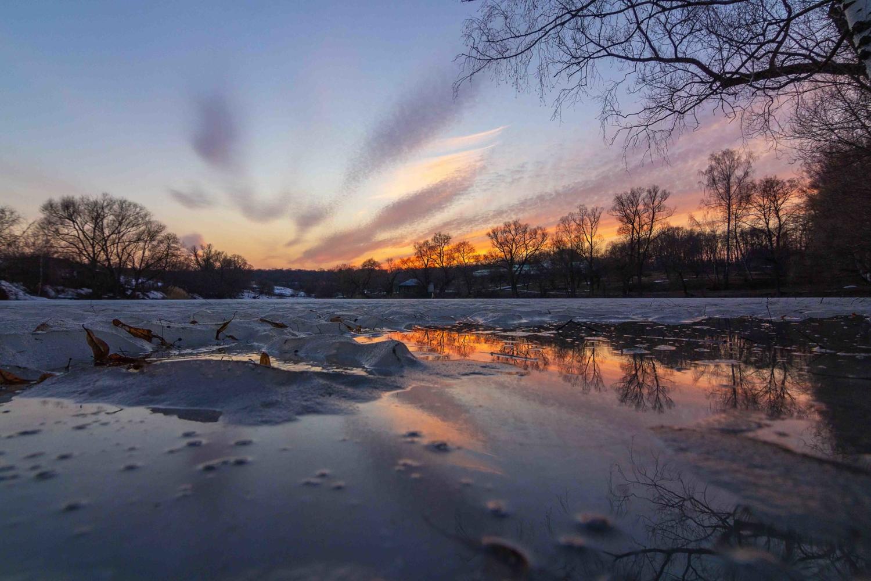 На закате. Вода и лед