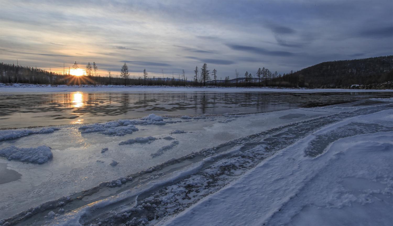 Замерзает река...