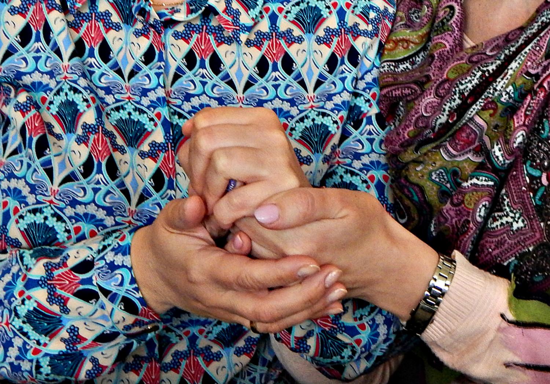 Руки сжимают руки