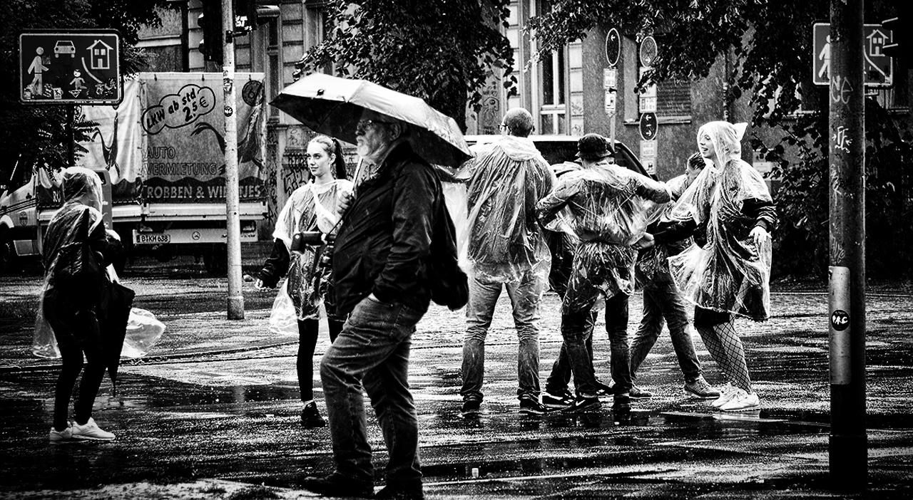 Танцы под дождём...
