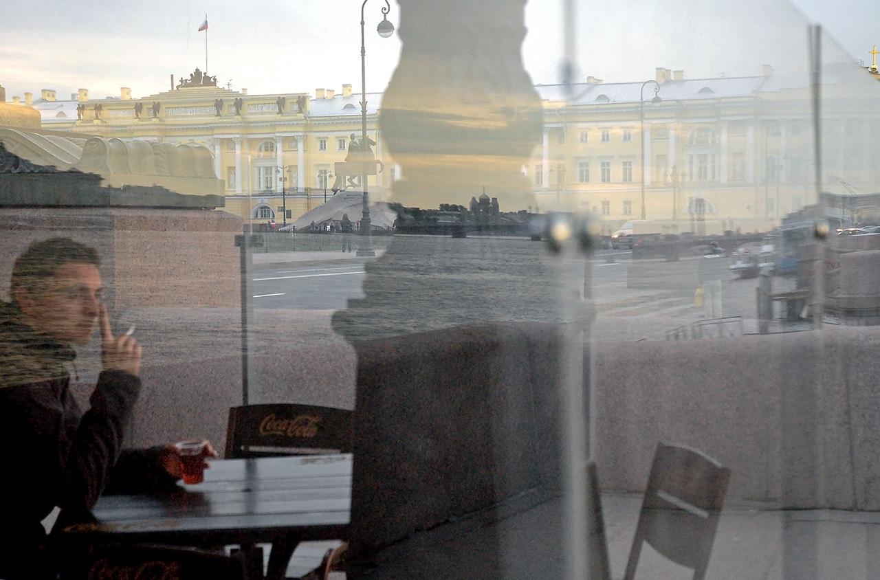 Кафе за стеклянной стеной