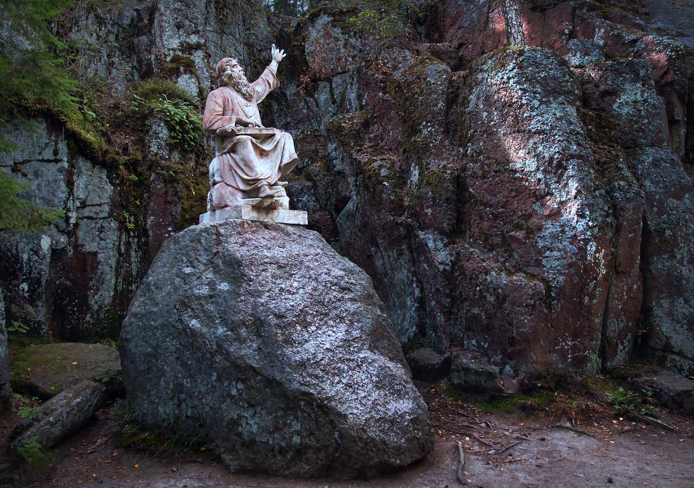 Мраморный Вяйнямёйнен среди скал