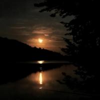 на ночной рыбалке...