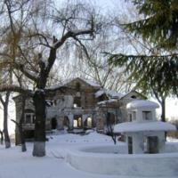 Фонтан и усадьба зимой