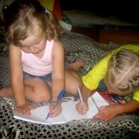 Стараются, рисуют....