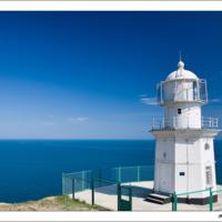Белый маяк на море