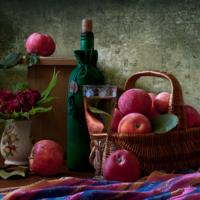 Спелым яблоком осень катится...