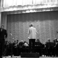 Оркестр и певец