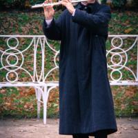 В пустом саду флейтист играет