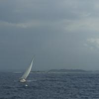 Носимый ветром на волнах.