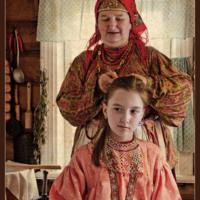 Плетёт мама косу...