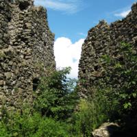 Меж руин