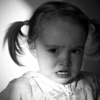 Девочка плачет: шарик улетел...