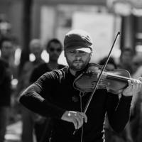 Поиграй мне, уличный скрипач.